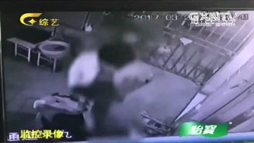 24岁女孩深夜取快递,门卫站在其身后不停侵犯,监控视频曝光