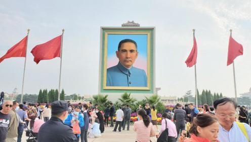 国庆当天,北京天安门广场为什么摆放孙中山画像,怎么回事?