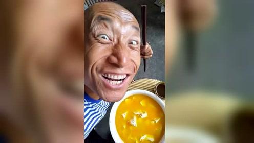 """""""奥利给""""哥直播分享美食""""清炖豆腐"""",却被他的表情抢镜了"""