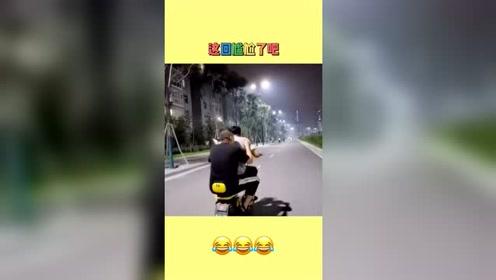 俩小伙骑车拍视频,没成想遇到了交警!这种尴尬场面该怎么应对?