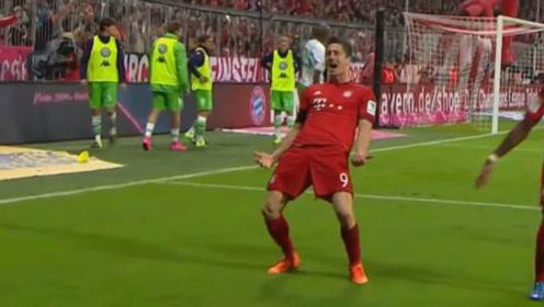 足球史上的世界纪录,球员在场上已经踢疯了,教练一脸难置信的表情