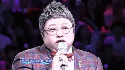 韩红初恋惊喜现身,共同演唱《那片海》一开口泪奔全场!太好听了