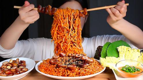 美食二倍速:小姐姐吃香辣火鸡面,烤猪大肠,辣椒圈,青菜包肉真香