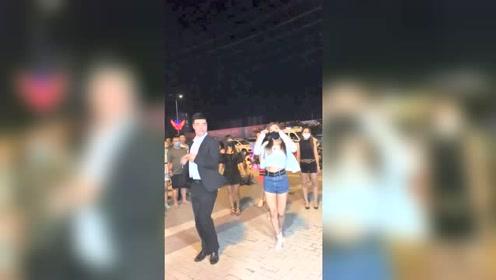 大叔这舞跳的不错,比美女跳得好