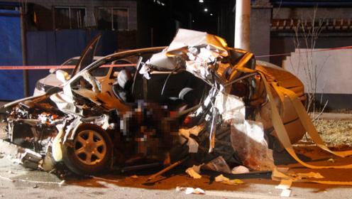 北京深夜轿车大货相撞俩大人遇难 车内男孩受伤大哭让人心疼