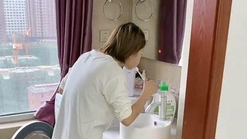 老婆站在阳台上刷牙,和老公说话把水咽下去,接下来的画面尴尬了!