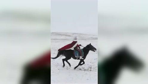 视频:新疆昭苏美女副县长飒爽策马宣传旅游