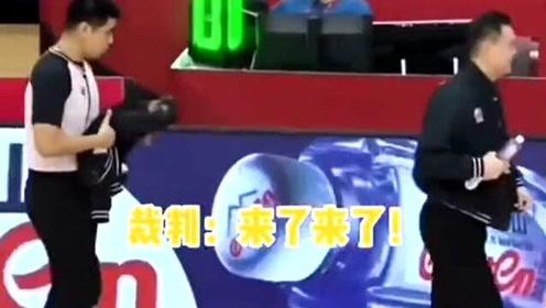 CBA裁判竟然迟到,全场都在等裁判到场,杨鸣都被这波操作逗笑了!