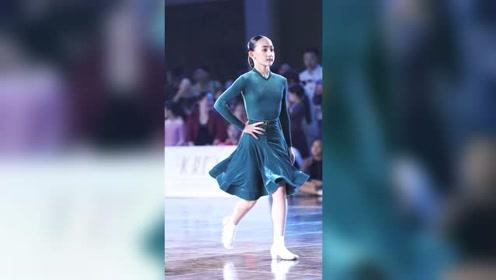 太有气质啦,恭喜获得11岁女单精英组冠军 #拉丁舞 #甄玺 #港龙舞蹈圈国标少年
