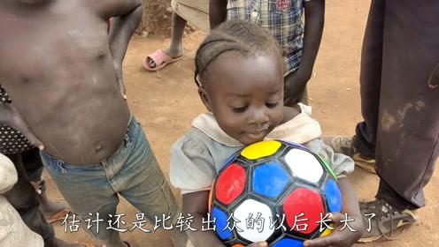 买两个足球送给非洲小朋友,很受欢迎,丰富一下他们的娱乐节目