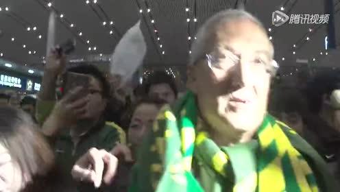 近百国安球迷送别老帅 曼萨诺动容泪洒机场