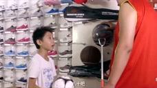 小明买东西真是厉害了,墙都不扶就服他!