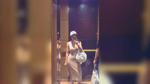 电梯自拍,美女这身材简直无敌了!