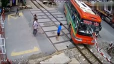 客车避险冲进火车道,火车也快要经过了!