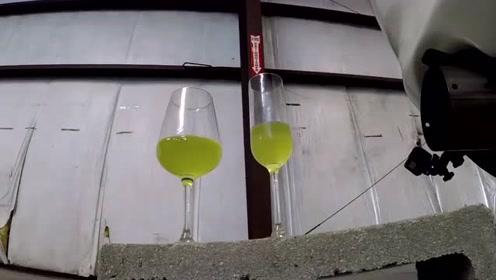 将酒杯放在汽车尾气口上,踩一脚油门会怎样?
