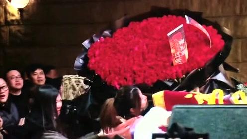 粉丝送给张云雷的999朵玫瑰,郭德纲竟然说拿回