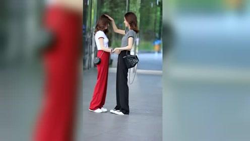 街拍遇见俩美女,这一幕超有爱的!