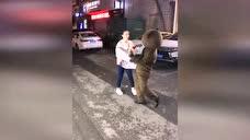 当网红熊遇上女汉子时,小熊真命苦啊