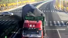 超载大货车强闯红灯,小车发现后,全力刹车救下自己