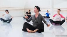 舞蹈家金星素颜现身彩排,男性化特征明显,舞者坐姿很有气质