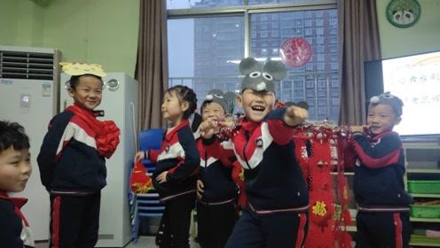 幼儿园小朋友表演音乐剧《老鼠嫁女》,有模有