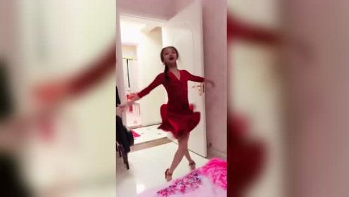 小美女一身红裙室内跳舞,活泼可爱,太美啦!
