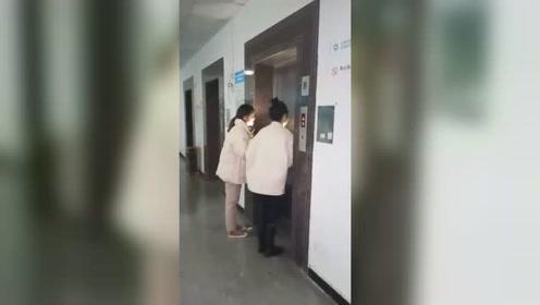 两个美女本想在电梯口恶搞同事,当电梯打开门瞬间,看到里面的场景惊呆了