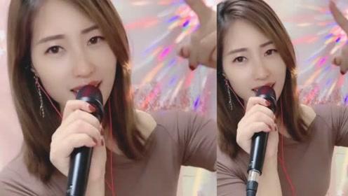女歌手一首《小小的新娘花》,歌声伤感,让人心痛!