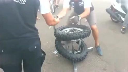 """快出新高度,老司机""""秒速""""拆装摩托车外胎,仅仅就用了一分钟的时间!"""