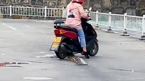 大姐摩托车驾照考试,两把都坏在同一个地方,