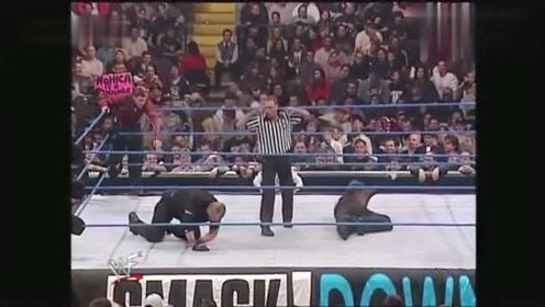 WWE:肌肉大叔心怀不轨,单手把美女掳走,吓得