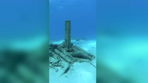 海底潜水发现诡异一幕,看到一座坟墓,墓碑上还刻了字!