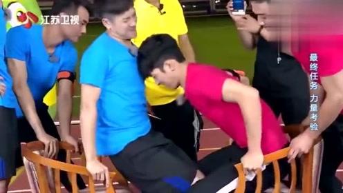 井柏然王嘉尔玩夹大腿游戏,画风突变上演了一