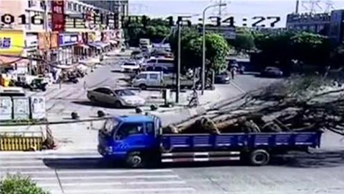 卡车装树枝超高,挂断路口电缆,交警冒高温徒手托举一小时!