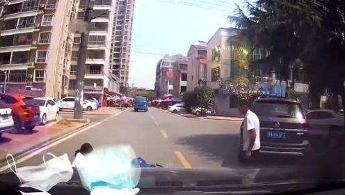 哈弗女司机强行并线,视频车师傅慌忙鸣笛示警,不料为时已晚