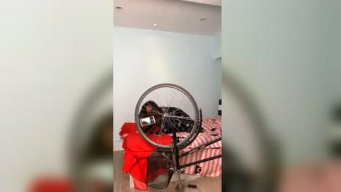 怎么拍出旋转的视频,看到这自行车放在屋子里,就明白美女为啥这么沙雕了!