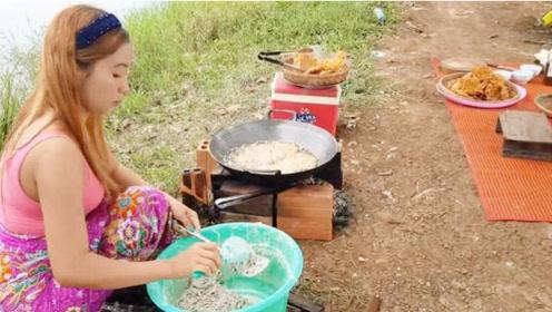农村漂亮媳妇制作五颜六色的美食,绿色天然,孩子们吃的很香