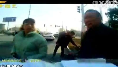 年轻女子驾驶电动车闯红灯,被轿车瞬间撞飞至空中,视频曝光