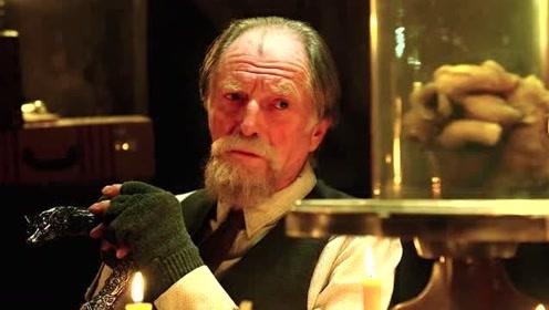 老头面对劫匪,丝毫不怕,背后竟用自己的血喂养怪物