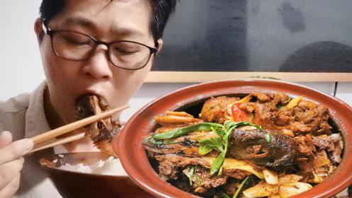 九九高笋炒鸭子,出锅香喷喷,一老一小奖一腿米饭轮流加吃开心了