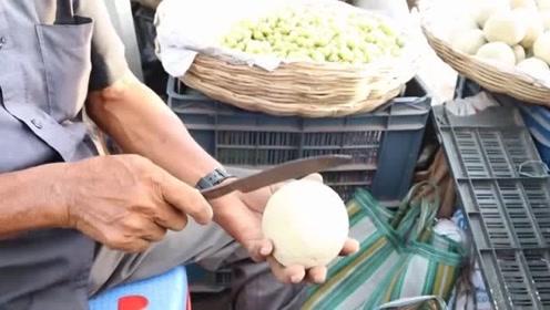 印度街头的重口味水果,挖个洞加入调料用木棒搅一搅,涨见识了!