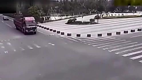 女子没想到货车会真撞,,她拼命往车底钻,,货车司机一脚油门霸气了