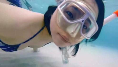 美女在白色沙滩潜水,大自然的结合蕴育出了不一样的美!