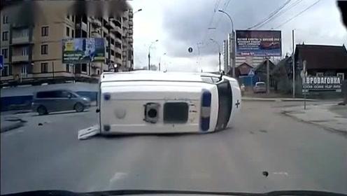 交通事故合集:路口视频车师傅照样加速,没想到下秒直接和白车相撞