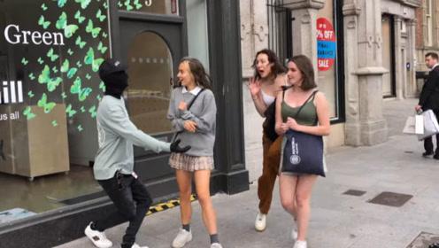 国外恶搞:美女路过被恶搞,好身材的女孩被吓坏了
