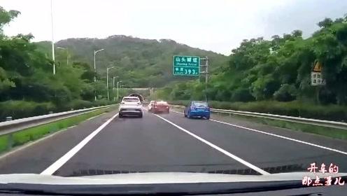 渣土车司机强行并线,猛踩油门蹭着视频车往前冲,师傅懵了