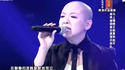 经典歌曲:光头女孩秀惊艳唱功,爵士唱得太专业了,好听到爆炸!