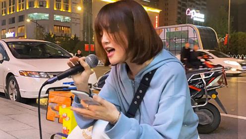 小姐姐街头翻唱《飞鸟和蝉》,一开口嗓子被天使吻过,太好听了!