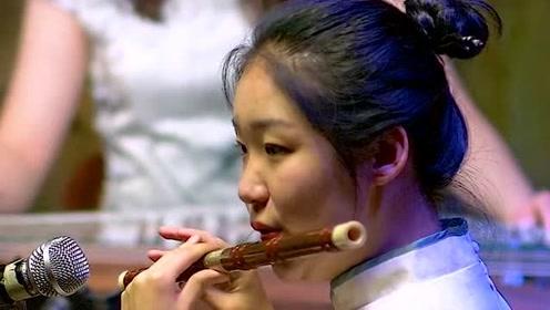 美女用笛子演奏经典老歌,看到眼前的这一幕,你有没有感觉特别轻松惬意!