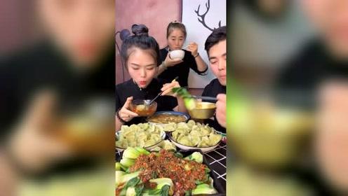 萱萱和哥哥开饭了,眼前的美食吃得津津有味的,好有食欲呀